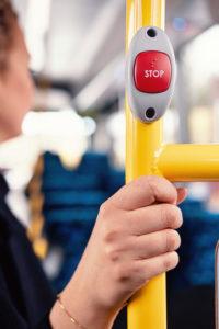Närbild stoppknapp i buss