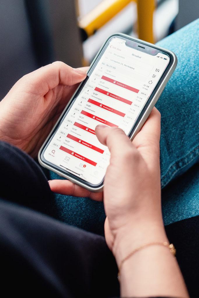 Närbild på app i kollektivtrafik