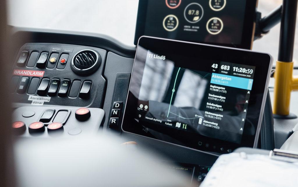 Bild på en skärm med förarstödet PILOT ombord på en buss.