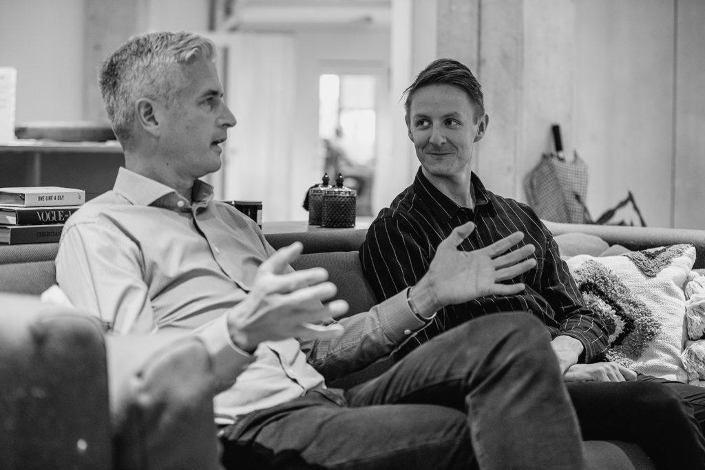 Johan Lindén, VD på Gaia, och Niclas Söör, VD på DOSPACE sitter och pratar i en soffa.